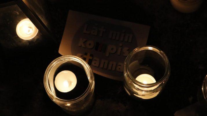 Bildtext: Demonstration mot utvisningarna utanför förvaret i Märsta. Foto: Amir Nabizadeh